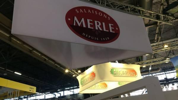 Stand sur mesure Salaisons Merle avec signalétique triangulaire